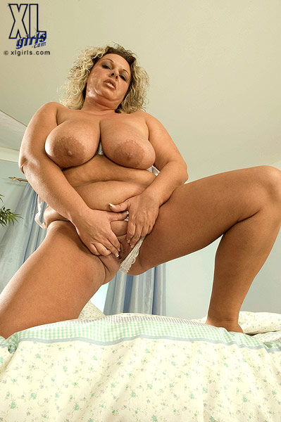 Busty bbw dildoing