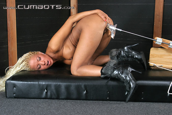 Babe gives deep blowjob