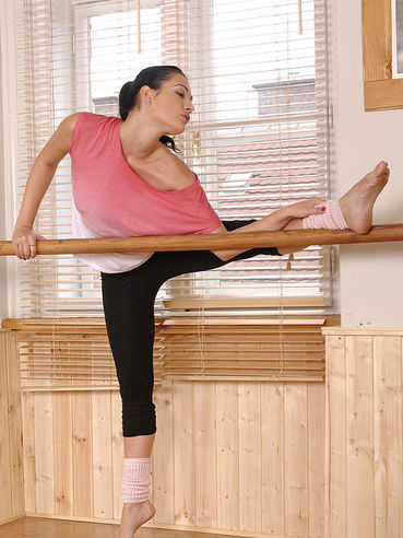 Gymnasts babe Dana Weyron practicing in front of the mirror before striping and rubbing her slit.