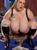 Well-endowed plumper Sapphire L in black boots fucks her cunt with red dildo