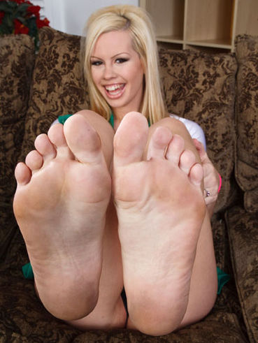 Naked blonde Tara Lynn exposes her bare pussy and gives footjob at the same time