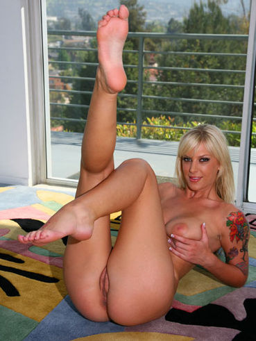 Sexy legged blonde Brooke Banner takes foot cumshot after getting her bald pussy drilled