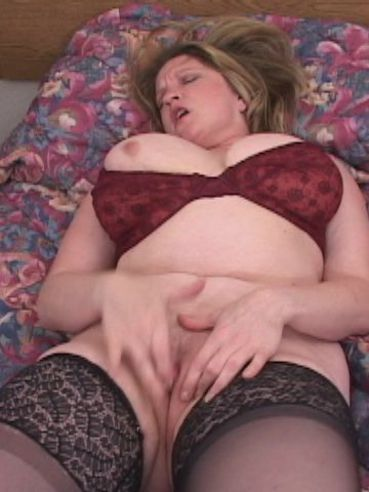 Mature fattie Raunchy Roxie gives a close-up of her wet hairless pussy after masturbating