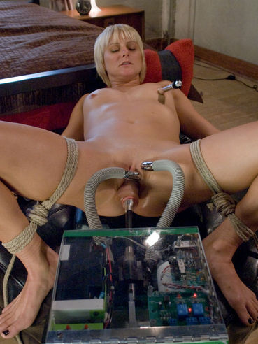 Short haired blonde Vendetta with silky snatch spreads for the Pandorasbox