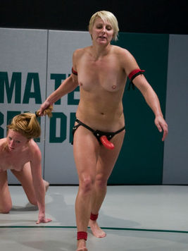Wrestlers Vendetta and Ami Emerson lose their bikinis and attack each others holes