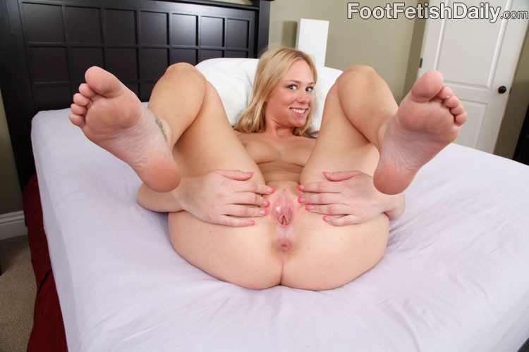 Foot fetish daily spread pussy