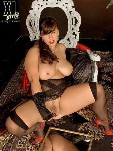 Elegant fattie London Andrews in long black gloves demonstrates her big ass and breasts