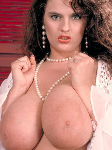 Lisa Miller Porn - BBW model Lisa Miller takes off her polka-dot dress and poses in black bra  and panties