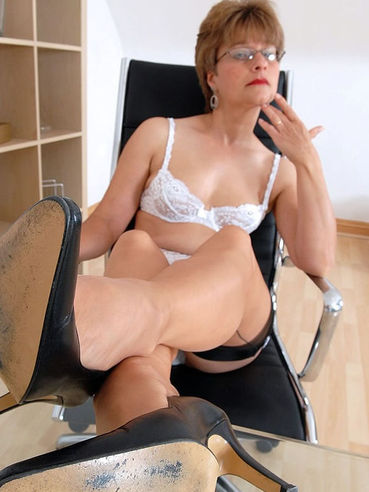 Bespectacled stocking mom Anna J loves posing in high heels shoes and lingerie